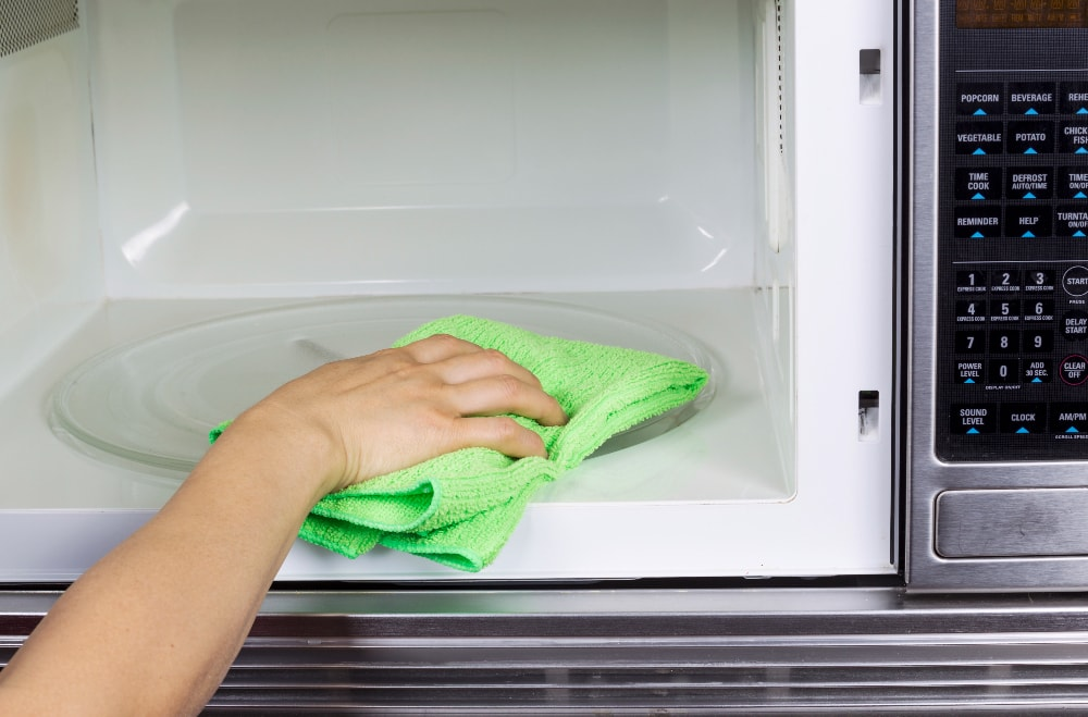 cleaning microwave